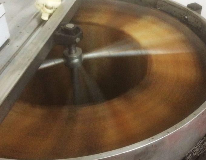 Le Rucher de la Baie - récolte du miel, centrifugeuse en action