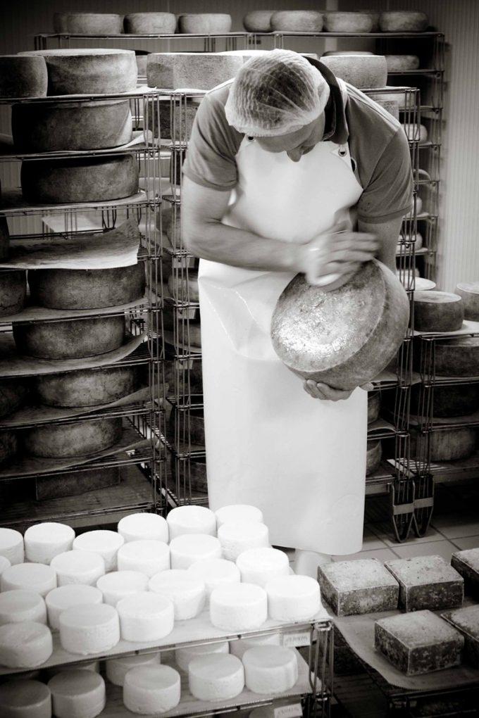 Sylvie travaillant dans la fromagerie